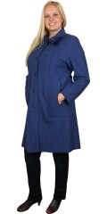 Q´neel - Casual vår-kåpe i eksklusivt kjemmet ull/viskose. Gjennomknappet, rå kanter og lommer. Dekorasjon ved kraven