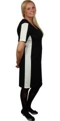 Studio - Läcker kort ärm svart klänning i chanel look med vita paneler i sidorna