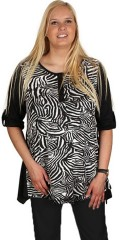 Handberg - Smart bluse med 1/2 ærmer, som draperes op. stolpelukning. a-facon i smart dyreprint