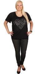 Zhenzi - Fin t-shirt med print og nitter. elastikafslutning i hals og forneden