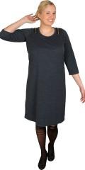 Zhenzi - Sej efterårs kjole i twill look med 3/4 ærmer og slidse i nakken samt pyntelynlåse over skuldrene