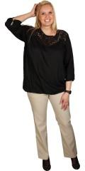 Cassiopeia - Smart bluse med blonde badge foran og lynlås i nakken. 3/4 ærmer som afsluttes med elastik, afsluttes med elastik forneden