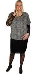 Zhenzi - Bluse med rund hals og perler bånd i hals og skulder, elastik i bund af blusen
