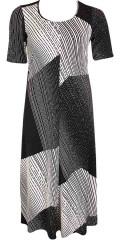 Q´neel - Lång klänning med korta ärmar och bra vidd i kjolen. I av klassiske svart/vita färger. En musthave till vårens firande