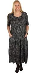 Q´neel - Klänning med korta ärmar och bra vidd i kjolen. fickor i sidorna