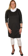 Zizzi - Vacker klänning med lång blixtlås i baksidan och axlar och ärmar med mönster imiterad läder