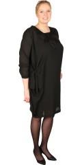 Studio - Festlig kjole med lange ærmer og hæklet badge i halsen samt asymmetrisk midte med bindebånd