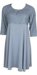 Zhenzi - Sød kjole med blonde bærestykke og ærmer