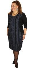 Q´neel - Flot klædelig q-neel kjole med lange ensfarvet ærmer og i crep effekt