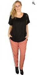 Zhenzi - T-shirt med smokk i halsen og søte korte vinge ermer i blonde