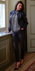 Zoey - Top with high rubber band neck, also without sleeves, rounds fine at the bottom