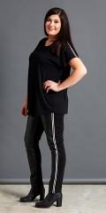 Studio - T-shirt med hvite sports striper over skuldrene og med asymmetriske lengde