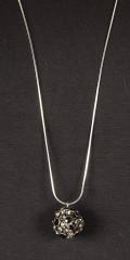 Qnuz - Lang halskjede inkl.. Vedheng med stein