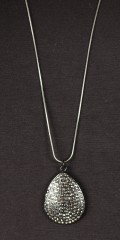 Qnuz - Long necklace incl. Drop haped appendix with diamonds