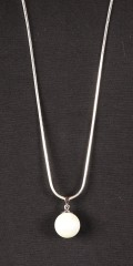 Qnuz - Long silver chain with white pearl appendix