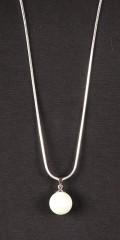 Qnuz - Lang sølv kjede med hvit perle vedheng