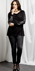 Que - Smarte 7/8 strechy jeans med sorte nitter forneden på benene. der er regulerbar elastik i taljen