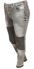 Zizzi - Sanna Jeans mit Stretch und Wash Wirkung. Wird geschlossen mit 2 Knöpfe
