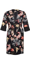 Zoey - Nora kimono in although flowery material with tie string and spotted edge in the sleeve