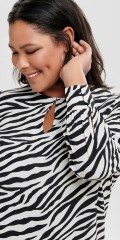 ONLY Carmakoma - Tunica shirt with slits centrally front. Long sleeves with cuffs